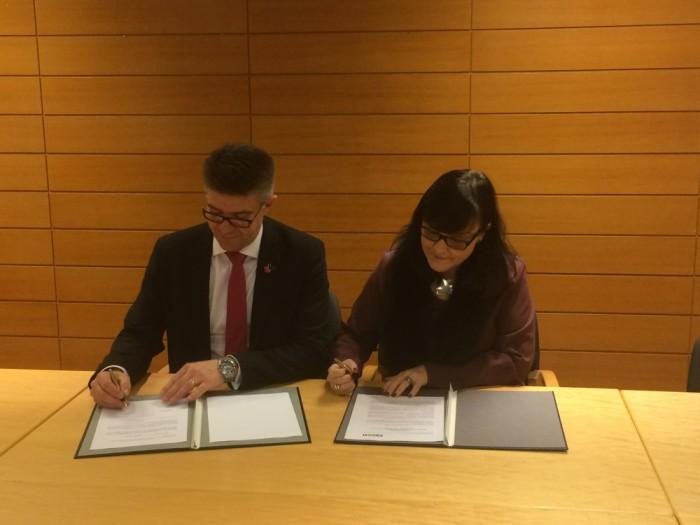 Gunnar Bragi Sveinsson and Rósbjörg Jónsdóttir during the signing of the agreement
